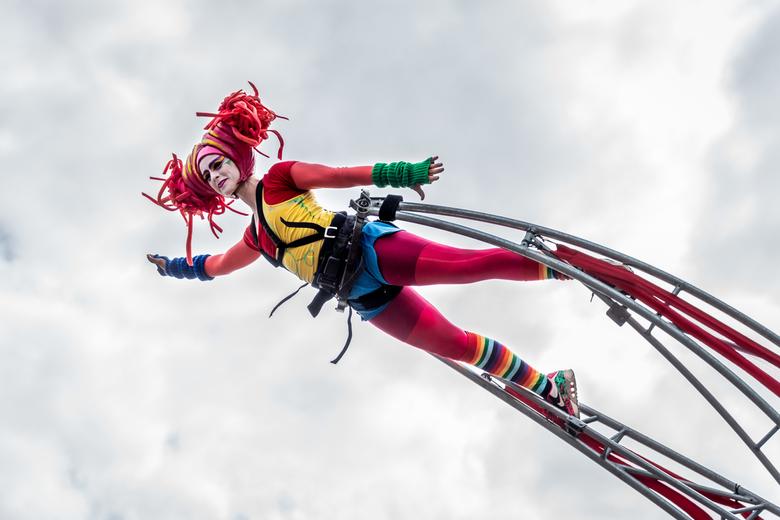 Deventer op Stelten 2019 - Hoog in de lucht 'zwevend' boven het publiek acteren deze artiesten tijdens Deventer op Stelten 2019.