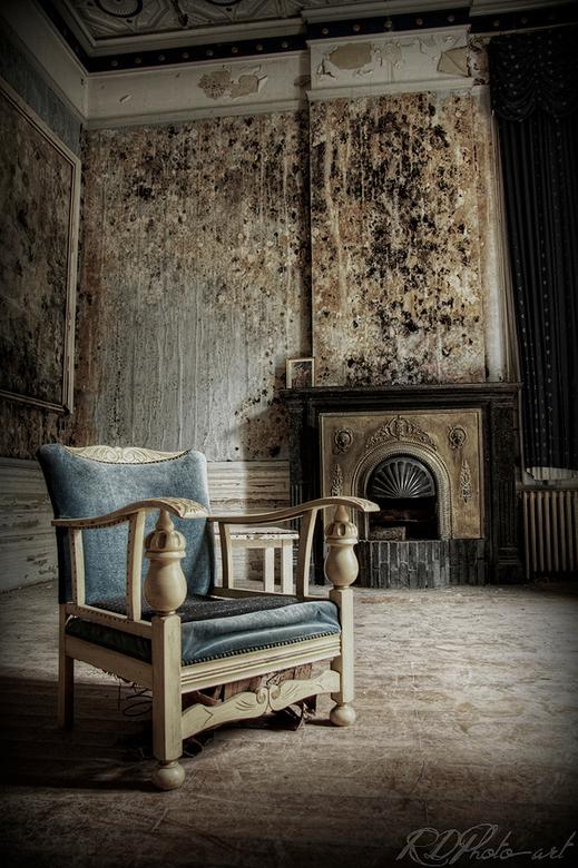 lonely seat - een mooie oude stoel in een mooi oud kasteel