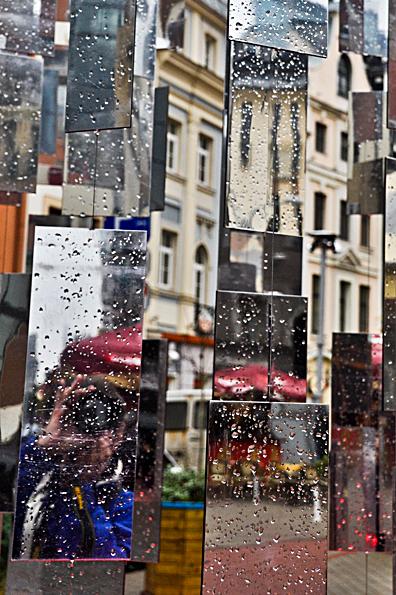 Riga Mozaiek - Riga, Letland. Doorkijkje met spiegels, midden in de stad. Linksonder ikzelf in een van de spiegels.