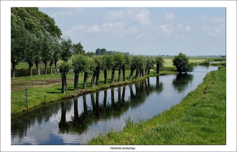 Hollands landschap - Langs het riviertje de Vlist in de Krimpenerwaard.<br /> Hollandser kan haast niet. Weidse blik, knotwilgen die weerspiegelen in