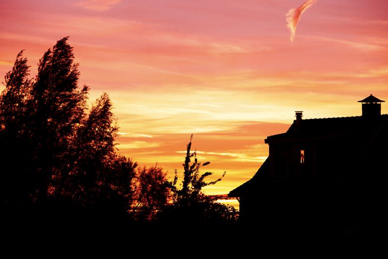 Zonsondergang 18-10-2014 - 18:35... Shit! Veel te laat alweer! Ik wilde naar het bos gaan om de zonsondergang te fotograferen, helaas had ik mijn hapj