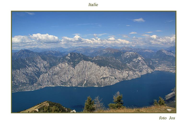 Italie 3 - Het Gardameer gezien vanaf de Monte Baldo, 'n hoogte van ongeveer 1900 meter. Vanaf de Monte Baldo heb je een gigantisch overzicht en