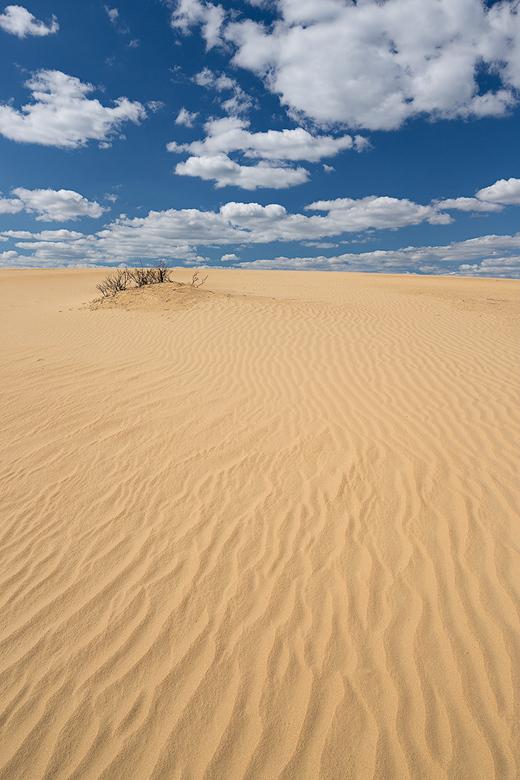 """The Desert - Mooie wolken en harde wind, hierdoor fraaie lijnen / patroneren in het zand. Zandverstuiving """"De Pollen"""" bij NP de Hoge Veluwe."""