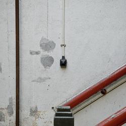 Detail van trap in verlaten oude fabriek