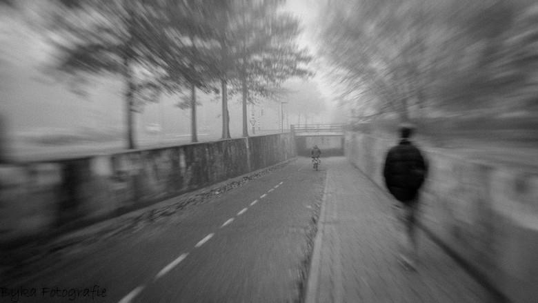 Tunnel Schelfhorst man- - Fietstunnel, straatfoto in een mistige wereld.