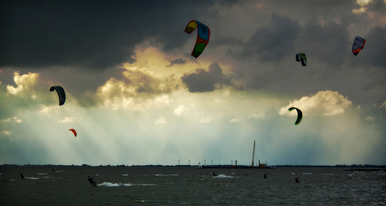 Stormkiten - Geschoten in Hoorn, Ijsselmeer vlak voordat het weer omsloeg.