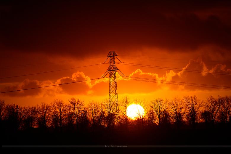 Zonsondergang - Deze foto heb ik genomen vanuit mijn slaapkamer raam, wat kan de natuur toch mooi zijn , ik hoefde aan deze foto niks te bewerken , de