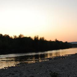 rivier met opkomende zon