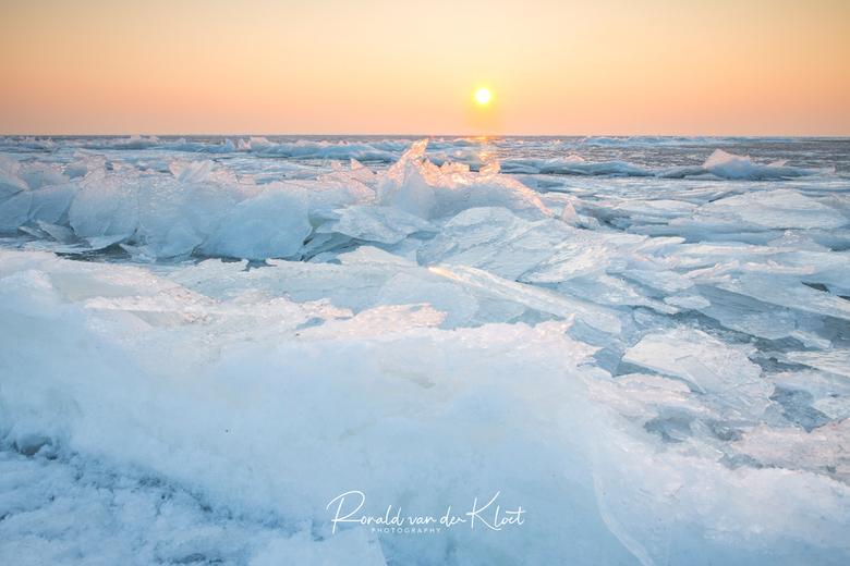 Zonsopkomst op het Ijselmeer - 2 week geleden was het Ijselmeer stevig bevroren en hiermee kon ik aardig ver het meer oplopen. Dit resulteerde in deze