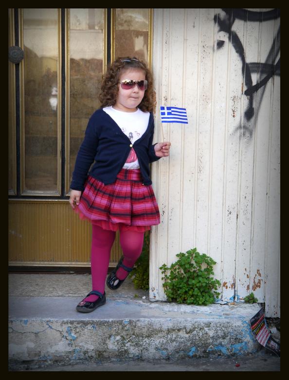heb ik een vlaggetje..... - Heb ik een vlaggetje, zie ik niks....dit meisje stond sikkeneurig tegen een deur gedrukt en zag - omdat er rijen mensen vo