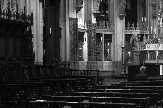 Toewijding - Deze foto is genomen in de Sint Jan. Zit 1 man te bidden. Ondanks dat hij zijn geloof alleen uit moet spreken, en (misschien) geen steun