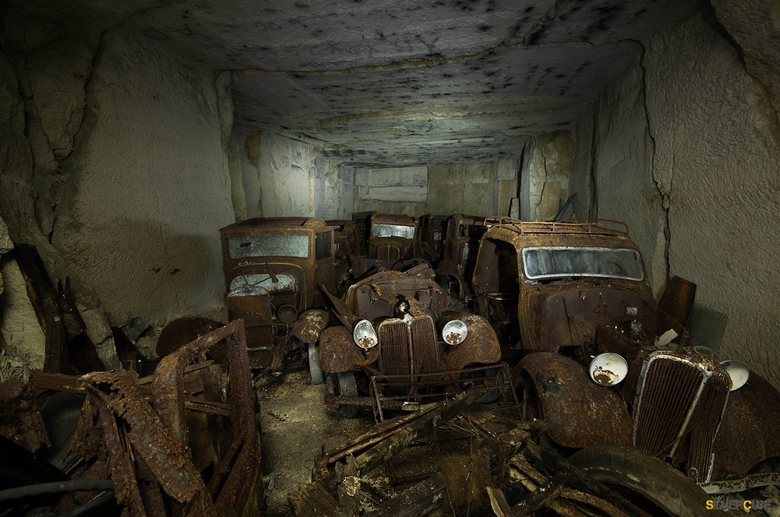 "Car Graveyard  - Een gang gevuld met oude roestende auto&#039;s <img  src=""/images/smileys/smile.png""/>"