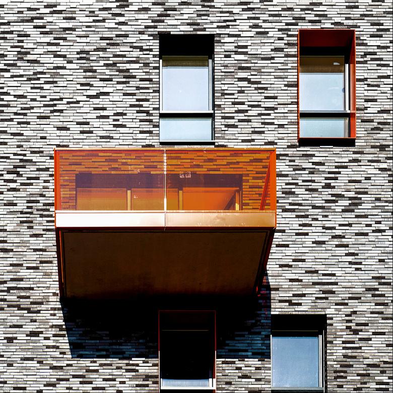 Zoomdag Architectuur Groningen: 'Oranje, ook boven' - Abstracte benadering van deze gevel, heb in de nabewerking iets met de schuifjes gespeeld <img