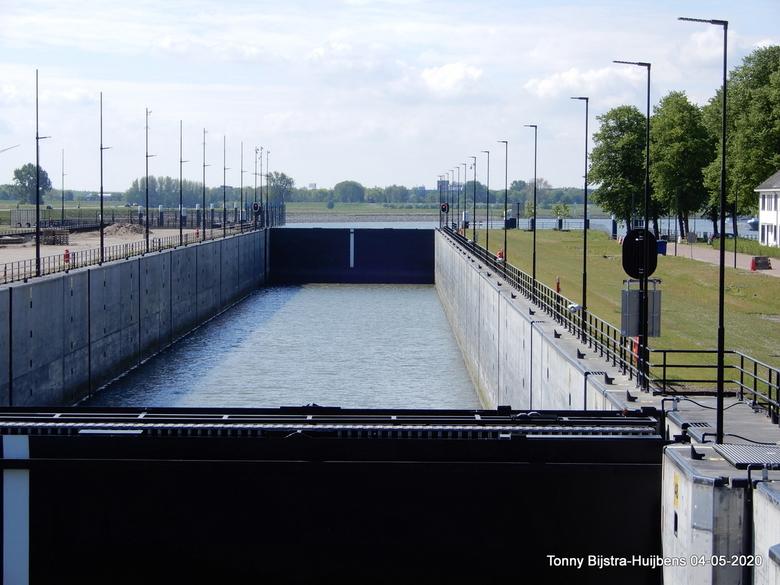 dicht - wij waren gisteren even bij de Beatrixsluizen in Nieuwegein, het was niet druk, ook niet met schepen.op de foto zijn beide sluisdeuren dichtge