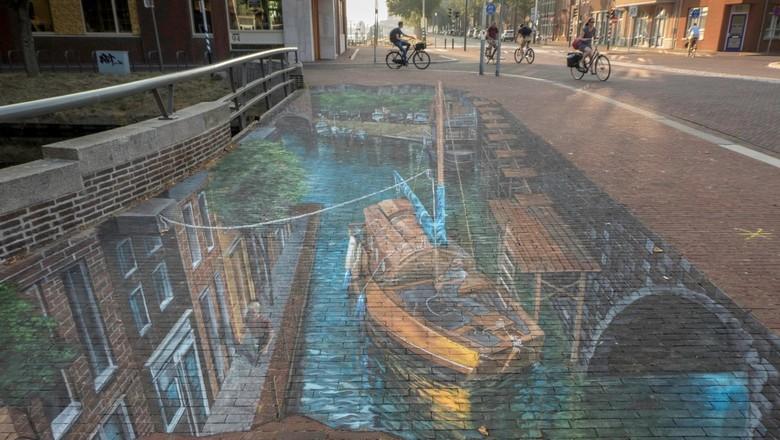 Stoepkrijten op niveau - 3d-werk van een Amerikaanse kunstenaar op een Helderse brug... bizar goed!