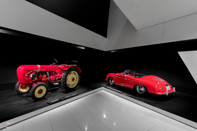 Twee keer Porsche - Twee Porsches uit de zelfde epoche. De wagen is een plaatje en de traktor mag er ook wel zijn. Hij kon toen al sneller den andere