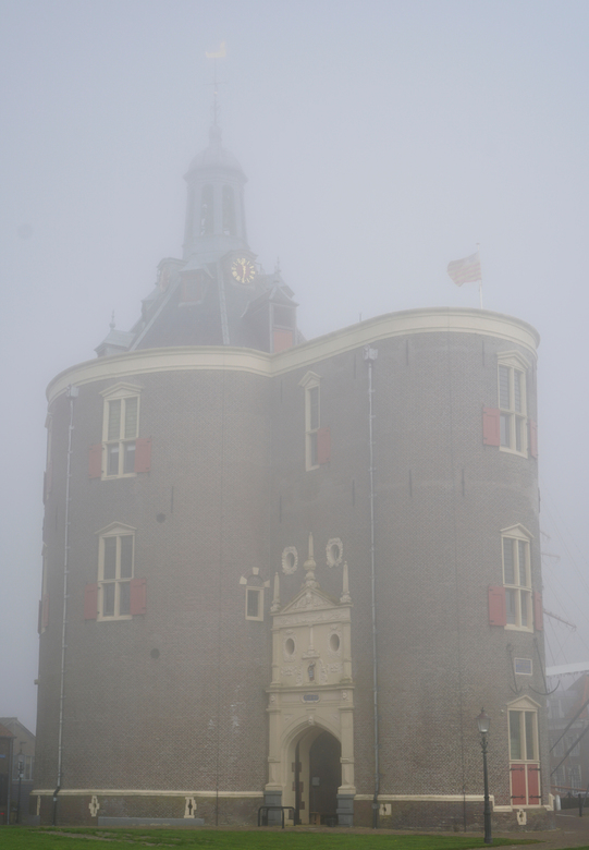 Misty Morning II - Op een mistige morgen, de mist blijft op aantal meter boven de grond hangen, wat op de foto goed te zien is; des te  hoger des te m