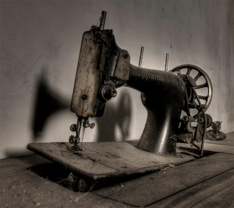 """niet ie niet en naait ie wel ? - een oude """"door z'n hoeven gezakte"""" trapnaaimachine in een Luxemburgse vervallen boerenwoning"""