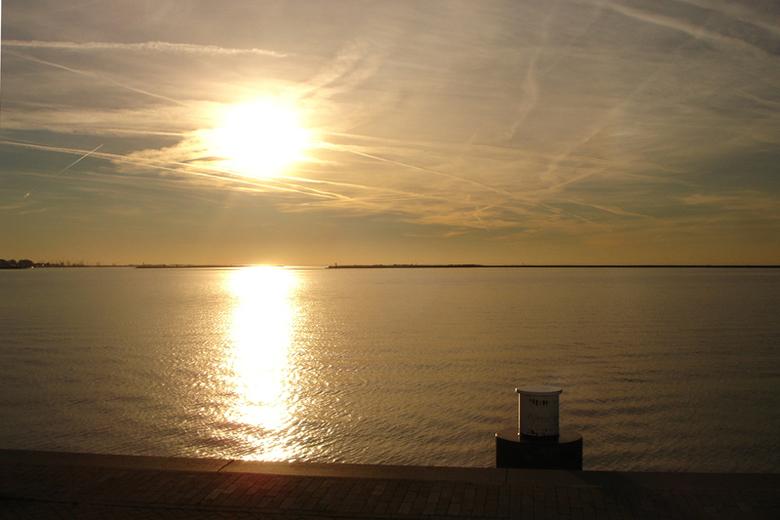 zonnetje - Bij de overtocht van onze boot hebben we vandaag vooral genoten van het mooie weer!<br /> Dit is de zon, vanmiddag om 17.00u