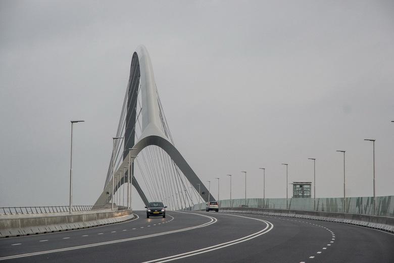 De Oversteek  - Gistermorgen de nieuwe Waalbrug in Nijmegen gezien onder zeer grijze en sombere weersomstandigheden. Nummerbord en achterlichten van d