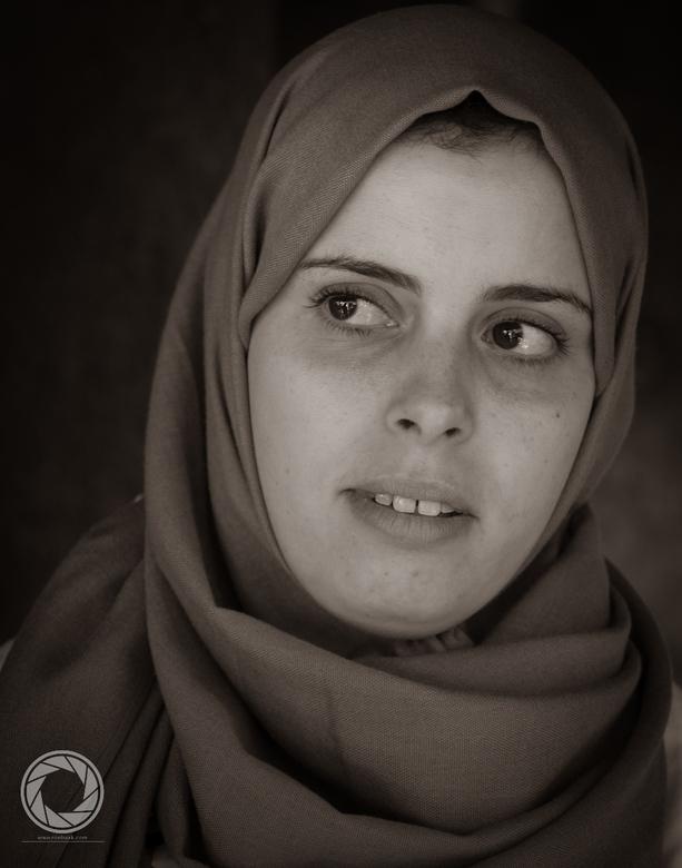 Look into my eyes - Mooi schuchter meisje in het Atlasgebergte in Marokko.