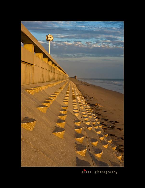 Atlantic wall - Deze foto is weer van de Atlantische kust uit de Vendée in Frankrijk. De foto is 's avonds gemaakt op het strand. Ik vond de wegl