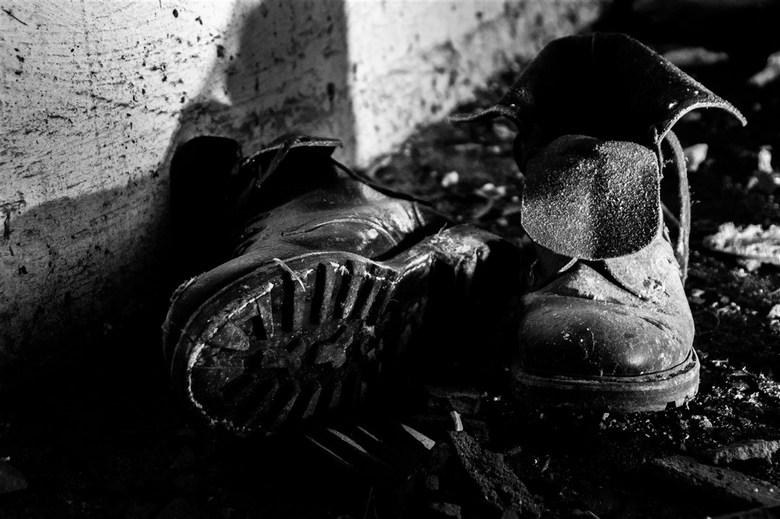 Men moet geen oude schoenen wegwerpen voordat men nieuwe heeft -