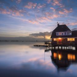 een huisje op het water