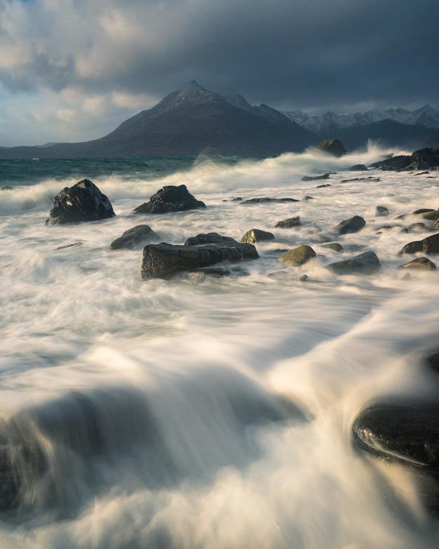 Weathering the Storm - Een stormachtige middag bij Elgol Beach, op Isle of Skye in Schotland.