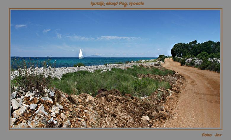 Eiland Pag, Kroatie - De vorige foto verwijderd omdat de kustlijn scheef stond. Een van de vele kustlijnen. Het fietspad loopt een aantal km langs de