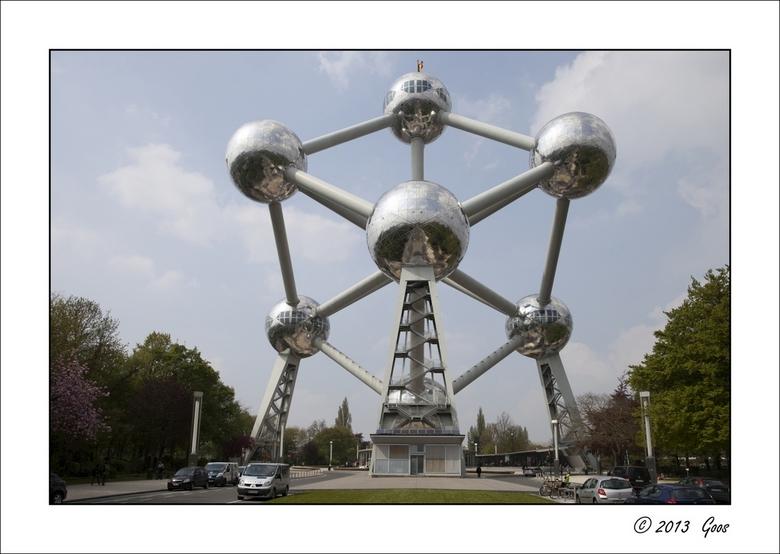 Brussel 22 - Het Atomium staat op loopafstand van de serres. Het vraagt om foto's met symmetrie. Hier eerst een overzichtsfoto, bepaald niet orig