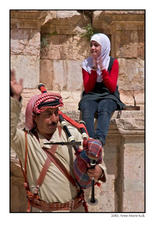 Applaus - Dit meisje was enthousiast aan het applaudiseren na een optreden van een jordaanse muzikant. Helaas stak de ever zo enthousiaste muzikant ne