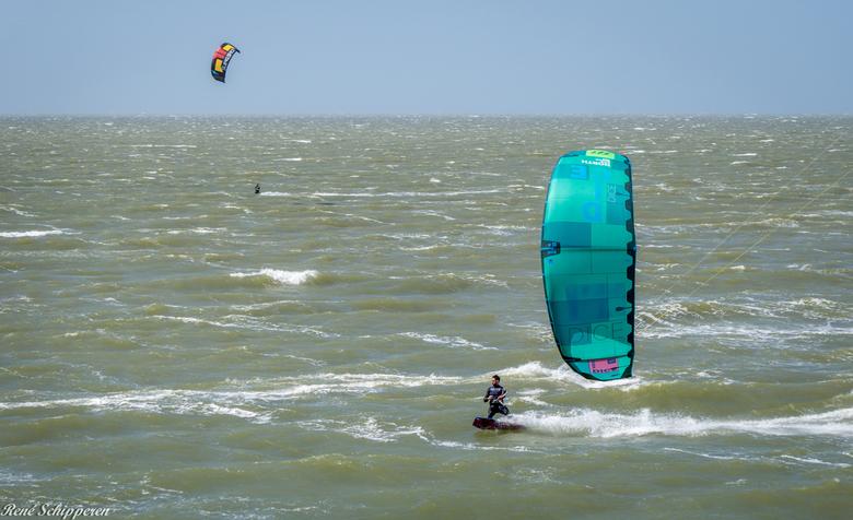 Spelen met water - Bij de Brouwersdam is een heerlijke plek om te kite.surfen