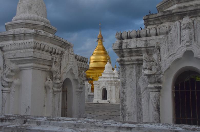 Kuthodaw pagoda, Mandalay - In de schemering, vlak voor zonsondergang, deze foto gemaakt tijdens mijn reis door Myanmar.