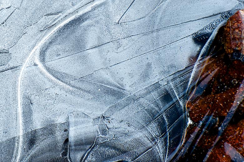ICE-ART - Eerste nachtvorstje gehad en er op uit met de camera om macro opnamen van vers ijs te maken.