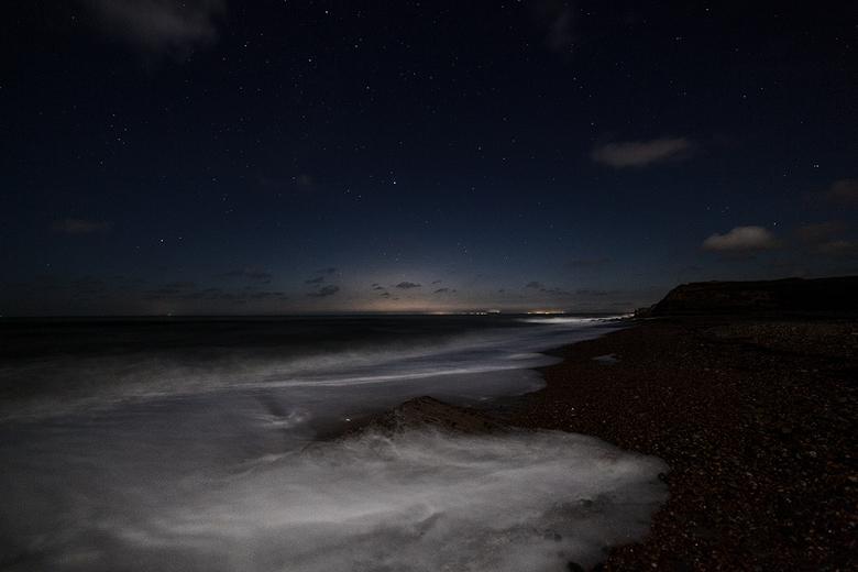 in the moonlight  - ideaal moment om eens aan nachtfotografie te doen ,maantje die mooi het witte schuim van de golven belichte en een mooie sterrenh