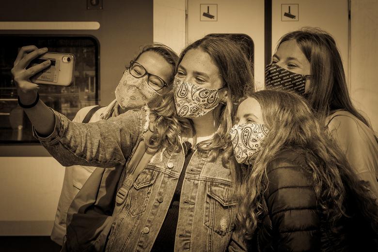 Lachen, zo'n mondkapje op! - Deze dames wilden eerst nog even een 'groepsselfie' maken, voordat ze - met een mondkapje op - de trein in zoud