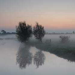 Zonsopkomst bij mist in de Alblasserwaard