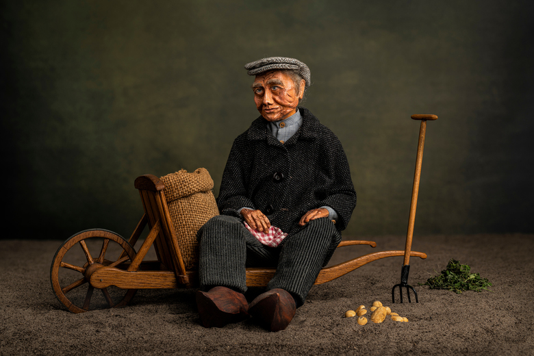 Het rooien van de aardappelen - Mijn moeder heeft vroeger de karakterpop gemaakt, en mijn vader heeft de kruiwagen nog gemaakt.<br /> Bij het uitvoer