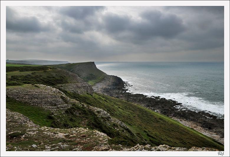 kust bij Wormshead - Wales heeft een prachtige grillige kustlijn. Er zijn dan ook veel wandelingen langs uitgezet. Vogels, wind, branding, en dan de v