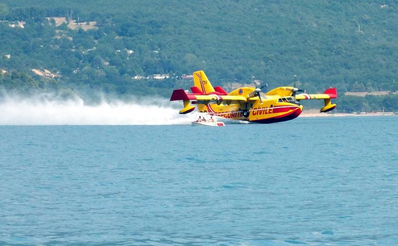 Dat is even schrikken!! - Het grote Lac St. Croix wordt bezocht door blusvliegtuigen om water op te halen voor het bestrijden van (bos)branden. Dat er