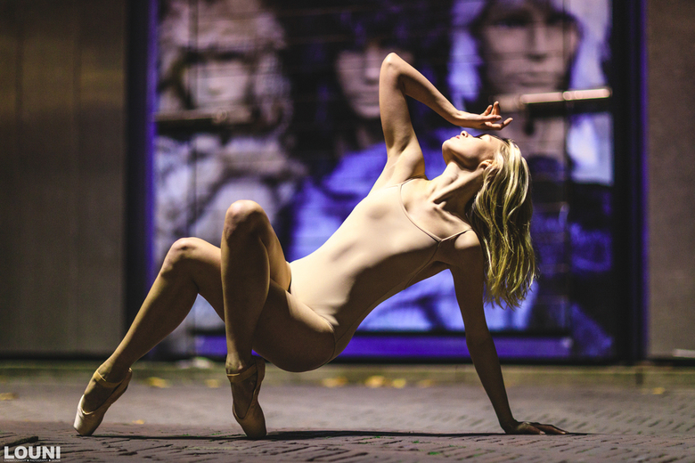 Trapped  - Avond ballerina shoot in de straten van Amsterdam. Compleet met straatverlichting belicht.