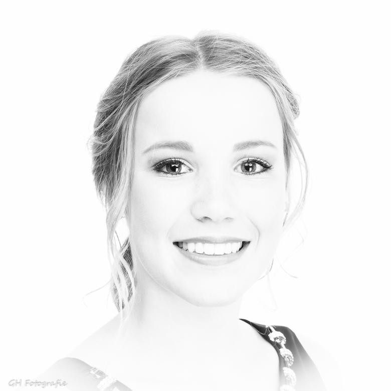 Stralend - Een stralende jonge dame die voor haar school gala even voor een foto langs kwam in de studio.