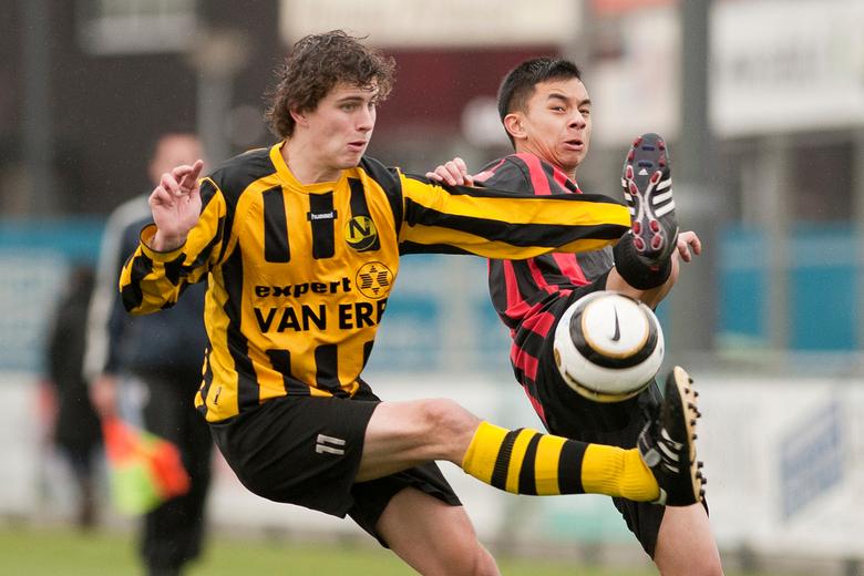 """Vierkant gaan voor de bal. - Tijdens workshop """"Voetbalfotografie"""" koos sportfotograaf Edwin van Zandvoort afgelopen zaterdag deze als één va"""