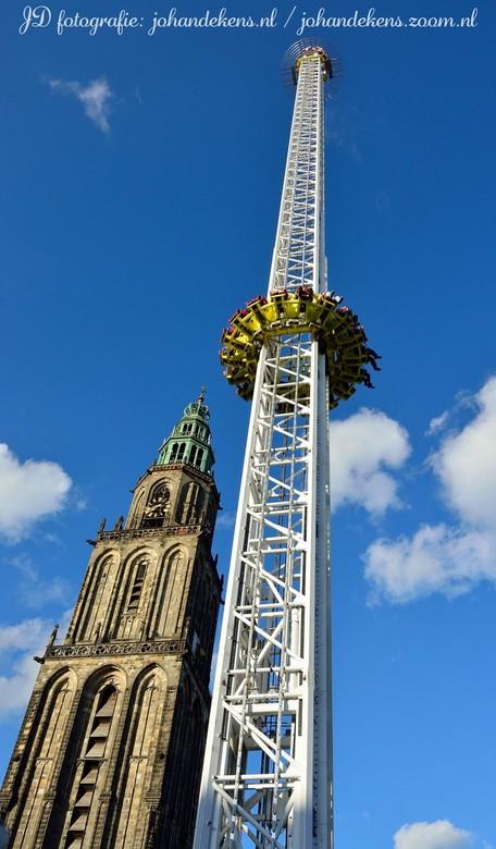 De Tower op de Meikermis in Groningen. - De Tower, 90 meter hoog en met een valsnelheid van 140 kilometer per uur.<br /> <br /> Martinitoren met een