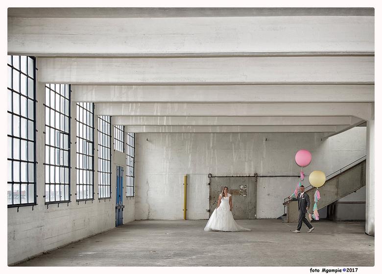 The bride is waiting - Weer een van de bruiloft van mijn dochter en schoonzoon. Vond dit een heel origineel beeld. Gemaakt in de Timmerfabriek in Vlis