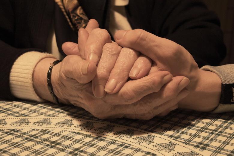 92-jarige handen, en 20-jarige handen - De handen van de 20-jarige jongen in de handen van zijn 92-jarige tante ... <br /> Bijna elke avond gaat hij