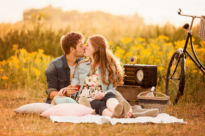 Vintage romantic picknick in the golden hour