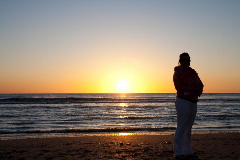 De ondergaande zon - De ondergaande zon aan een prachtig strand, een geweldig moment om leuke foto's (proberen) te maken. Een silhouet geprobeerd