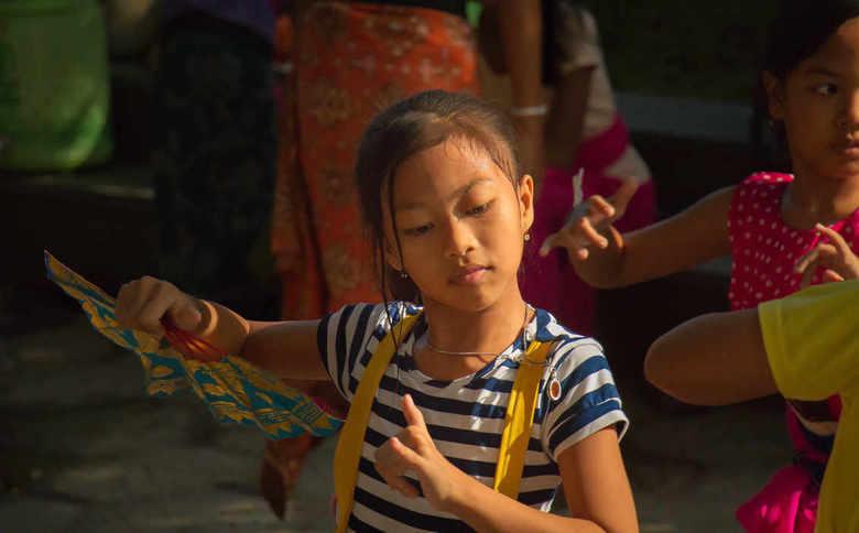 concentratie - kinderen oefenen in opperste concentratie en gratie op een Balinese dansschool